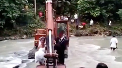 Màn đón dâu bằng máy xúc bá đạo nhất mùa lũ là đây chứ đâu .