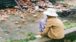 Cụ bà neo đơn ngồi thất thần trước căn nhà bị đổ sập sau cơn bão số 12