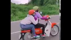 2 nữ tổ lái quằn quại trên xe máy