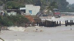 Sóng biển 5 m đánh sập nhiều căn nhà ở làng chài Phan Thiết