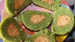 Độc đáo món bánh tét màu xanh biếc làm từ lá ngót