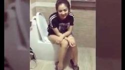 """Nam thanh niên xông vào nhà vệ sinh để troll bạn gái đang làm """"chuyện ấy"""""""