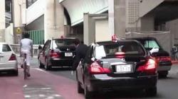 Clip cận vệ của thủ tướng Abe nhoài ra ngoài cúi đầu xin lỗi một người chạy xe đạp