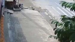 Video clip: Xe máy gặp nạn kinh hoàng vì tránh người đi bộ sang đường