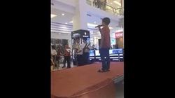 Video clip: Mượn mic hát chơi, cậu bé khiến cả trung tâm thương mại phải vỗ tay rào rào