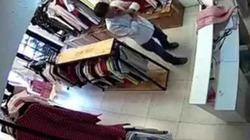 Video Clip: Dê già bệnh hoạn vào shop quần áo làm trò đồi bại với nữ nhân viên