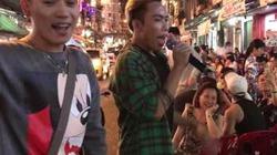 Video Clip: Tùng Sơn gây náo loạn Bùi Viện khi hát Hit Nơi Này Có Anh