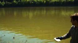 Thanh niên 'nghịch dại' ném 0.5kg Natri xuống sông và điều xảy ra thật kinh ngạc