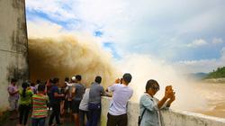 Người dân bất chấp nguy hiểm xem hồ thủy điện Hòa Bình xả lũ
