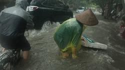 Người và xe ngã sõng soài trên đường phố Hà Nội trong cơn mưa