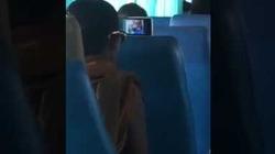 """Cạn lời với """"nhà sư"""" hồn nhiên bật loa ngoài xem phim trên xe buýt đông người!"""