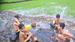 Giếng nước nóng tự nhiên nằm giữa cánh đồng ở Quảng Ngãi