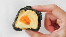 """Bánh su trứng muối than tre """"độc lạ"""" từ hình thức đến hương vị"""