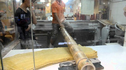 Độc lạ cách làm món mì sợi bằng ống tre dài 2 mét!