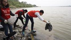 Tình nguyện đưa cá chép xuống sông để không ô nhiễm môi trường