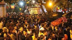 Hàng nghìn người chen chân đi lễ Phủ Tây Hồ ngày mùng 1 Tết
