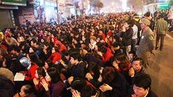 Sợ sao La Hầu chiếu mệnh, ngàn người ngồi tràn ra đường cầu an
