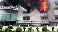 """Bình Dương 8 giờ đương đầu với """"giặc lửa"""" trong vụ cháy kinh hoàng tại KCN Việt Hương"""