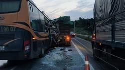 Lao vào đuôi xe tải, đầu xe khách nát bét trên cao tốc Hà Nội - Lào Cai