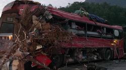 Kinh hoàng tai nạn xe tải chở sắt lao vào xe khách trên Quốc lộ 6