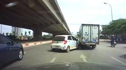 """Xe taxi """"vỡ mồm"""" do va vào xe tải khi sang đường bất cẩn"""