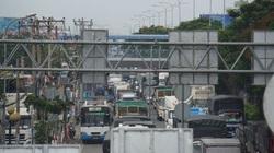 TP.HCM: Xe container tông đuôi xe tải, quốc lộ 1 ùn ứ kéo dài nhiều giờ