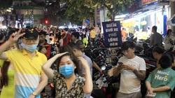 Đi phố lồng đèn Sài Gòn, vừa bị chặt chém tiền giữ xe vừa chen chân không lọt