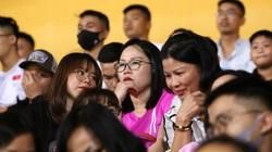 Huỳnh Anh đưa mẹ tới sân cổ vũ bạn trai, Quang Hải ghi siêu phẩm