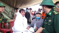 Hơn 30 phút vật lộn với sóng dữ, cứu được 2 người trên tàu chìm ở Quảng Trị