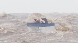 Quảng Trị: 2 trong 8 người mắc kẹt trên tàu chìm bị thương nặng