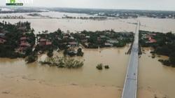 Video: Mưa lũ khiến gần 20 nghìn nhà ở Quảng Bình ngập trắng, chỉ còn thấy nóc