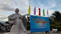 """Bình Định: Khánh thành tượng Trịnh Công Sơn """"tay ôm đàn guitar"""" đặt sát biển Quy Nhơn"""