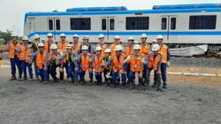 Đội ngũ chuyên gia nước ngoài tất bật lắp đặt toa tàu Metro số 1