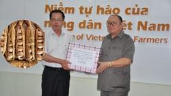 Doanh nhân Trần Mạnh Báo và món quà 35 quả trứng vịt cổ xanh của Chủ tịch Hội Nông dân Việt Nam