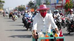 Color Man Bửu Điền toát mồ hôi đạp xe lên dốc cầu bán đá bào cho cụ ông 84 tuổi