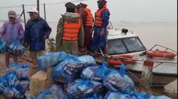 Vượt lũ dữ để vận chuyển, tiếp tế lương thực cho người dân ở vùng cô lập tại Quảng Trị