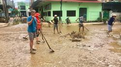"""""""Rốn"""" lũ Quảng Bình nước rút dần, người dân vất vả dọn bùn đất"""