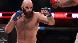 """Võ sĩ MMA đấm 1 phát hạ gục """"tướng cướp"""" cao 1m96, nặng 108 kg"""