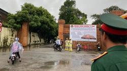 Rất đông người dân đội mưa chờ vào thắp hương 13 cán bộ, chiến sỹ tại Bệnh viện Quân y 268