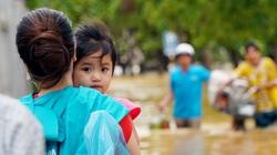 Người Huế tiếp tục lội bì bõm, bơi thuyền trong phố vì mưa ngập nặng nề