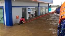 Thót tim cảnh cứu người trong cơn lũ dữ ở Quảng Bình