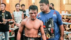 Clip: Gương mặt võ sĩ Philippines bị biến dạng vì lĩnh đòn nặng