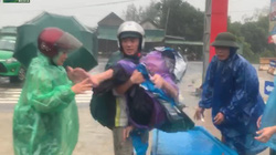 Nước lũ dâng cao kỷ lục: Cẩm Xuyên khẩn cấp di dời người dân đến nơi trú tránh an toàn