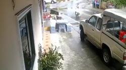 Clip: Người phụ nữ đi xe tay ga đâm sập bàn ghế đá nhà dân ven đường