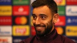 """Bruno Fernandes """"đứng hình"""" khi được HLV Solskjaer trao băng đội trưởng"""