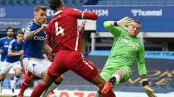 Triệt hạ Van Dijk, thủ môn Pickford vẫn may mắn thoát án phạt