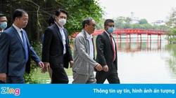 Thủ tướng Nhật Bản bất ngờ đi dạo hồ Gươm
