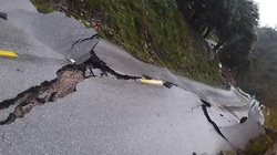 Quảng Bình: Quốc lộ 12A nứt toác từng mảng, giao thông tê liệt