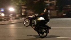 Hai thanh niên bốc đầu xe máy, 1 người ngã ra đường bị ô tô cán chết