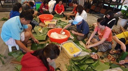 Đà Nẵng: Bếp bánh tét đỏ lửa giữa phố gửi về vùng lũ miền Trung